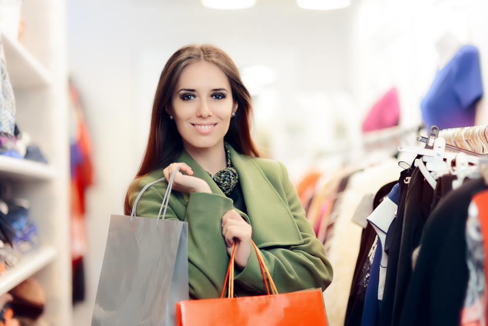 kobieta z torbami z zakupami w butiku