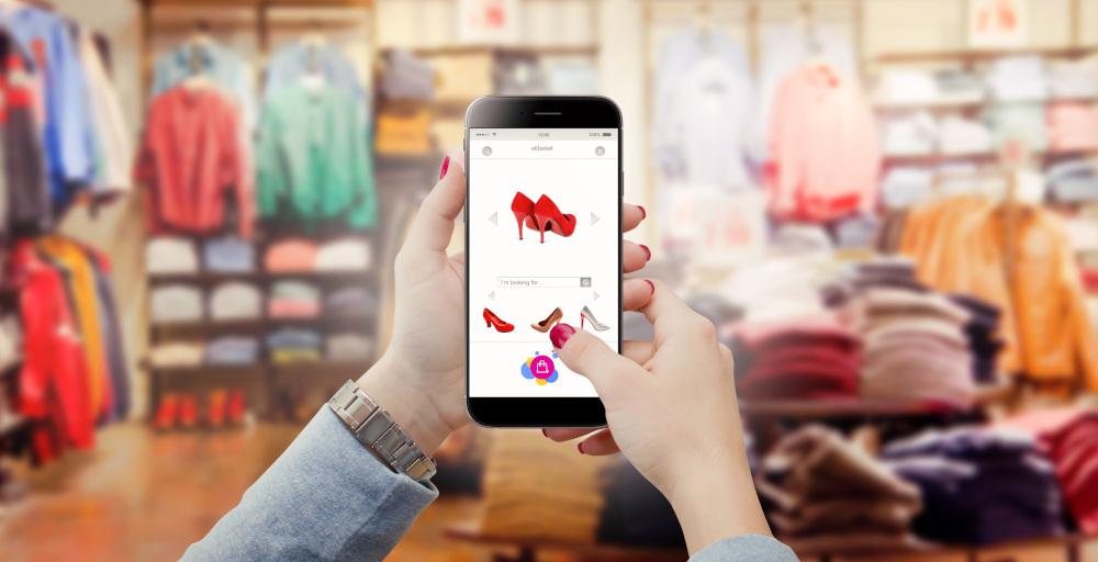 kobieta szukająca ubrań w sklepie online