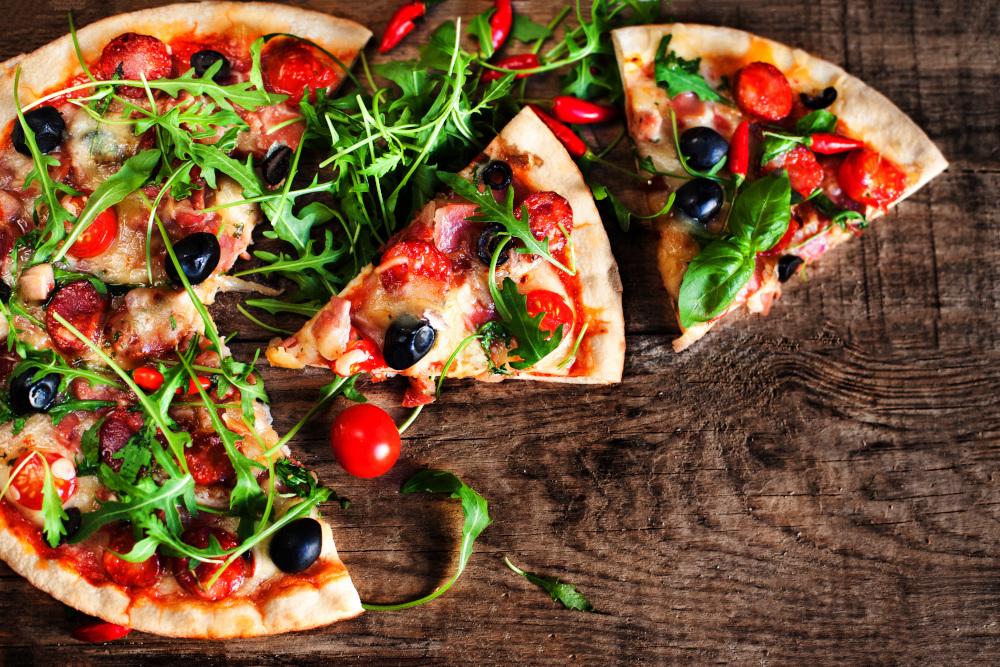 pizza z pomidorkami i świeżą bazylią