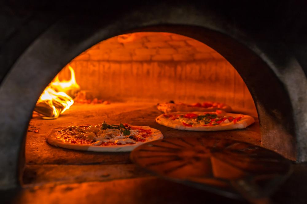 wypiekanie pizzy w kamiennym piecu